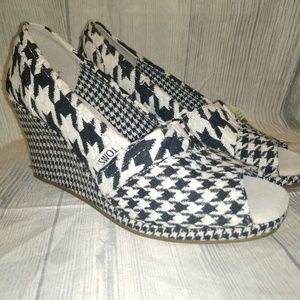 TOMs blk/wht Scottish Houndstooth Wedges size 8.5
